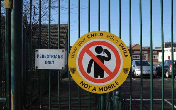 英小学禁止家长在校门口使用手机:请用微笑迎接你的孩子