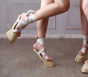 """日本购物网站推出""""牛蹄子凉鞋""""一双2600元仍排队抢购"""
