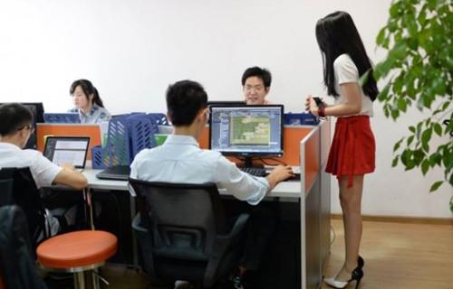 中国IT企业雇程序员鼓励师_双语新闻
