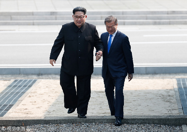 """历史时刻!金正恩跨过""""三八线""""与文在寅握手,还带上了冷面!"""