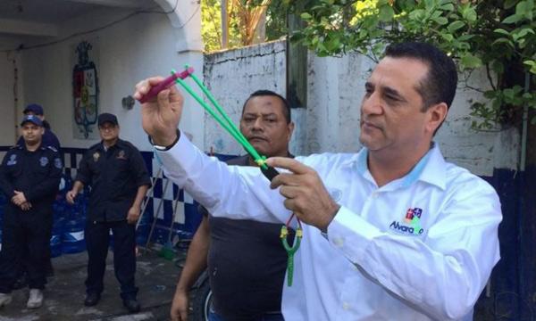没有配枪 墨西哥警察局给警员配备弹弓