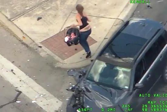 美国女子疯狂驾驶拒捕 带幼婴高速上狂奔