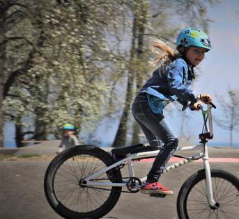 儿童头部受伤案例中,骑自行车比打橄榄球的比例大
