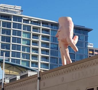 """惠灵顿美术馆屋顶上的""""噩梦""""手雕"""