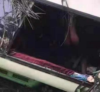 载有中国游客的大巴在老挝发生撞车事故,13人死亡,2人失踪