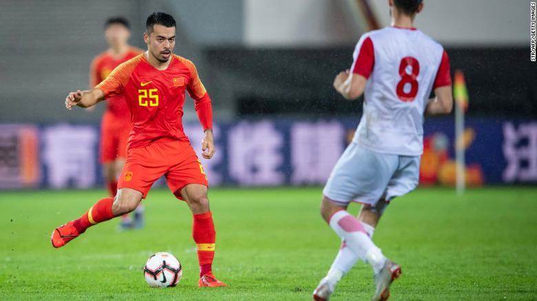 外国足球运动员放弃护照成为中国人